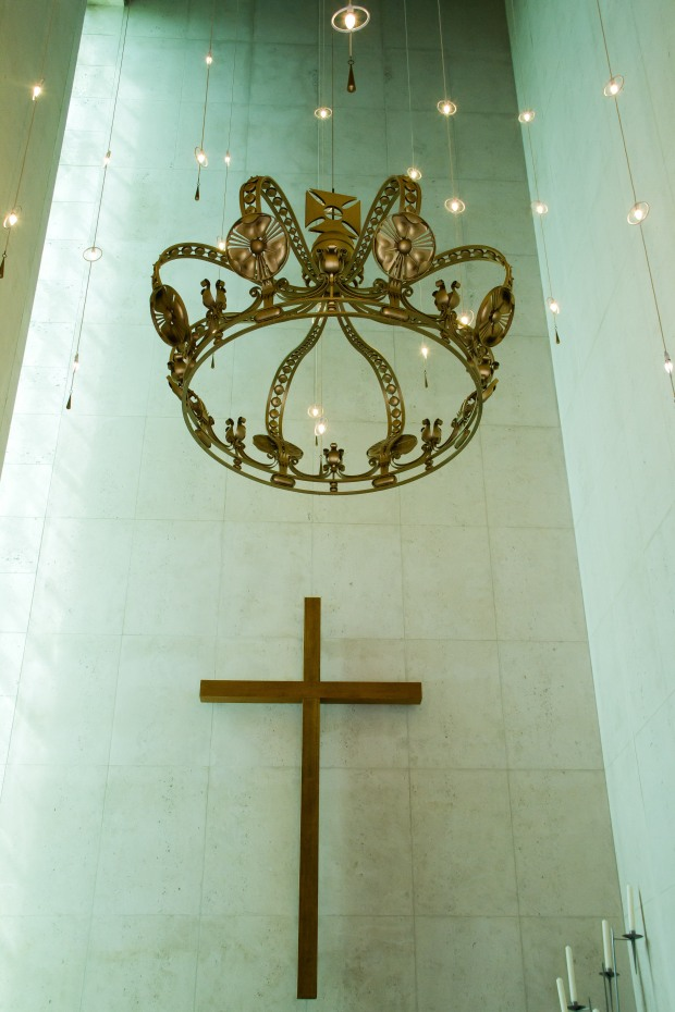 Inside the memorial chapel with the Dutch royal crown.