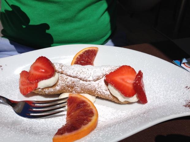 heaven-on-a-plate canoli!
